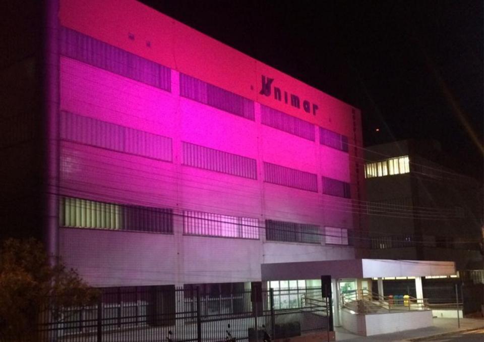 HBU fica 'cor de rosa' em apoio a campanha contra o câncer