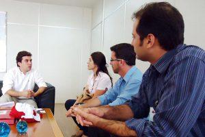 Dirigentes do Hospital ABHU com o Prefeito Vinicius